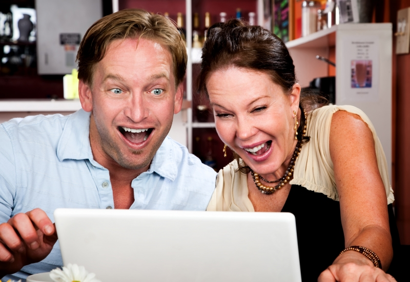 684619-couple-in-coffee-house-with-laptop-computer (1)